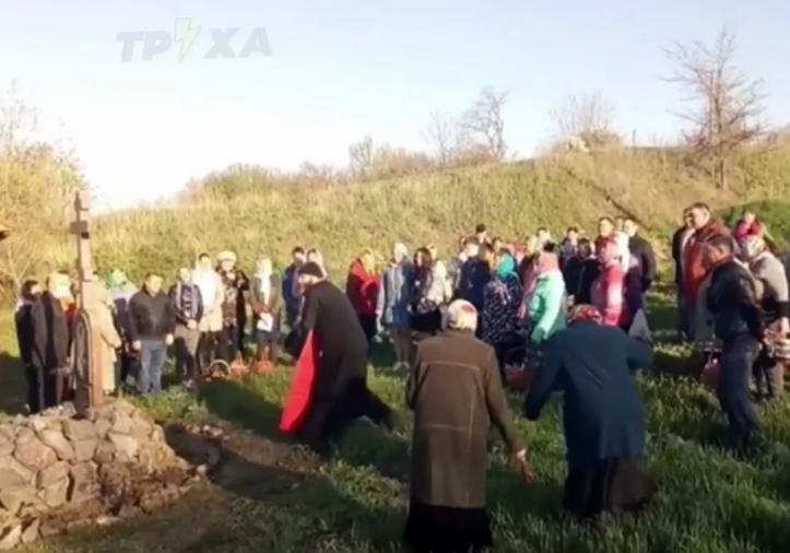 Священник забыл святую воду и «окропил» людей из ведра: видео курьеза на Харьковщине