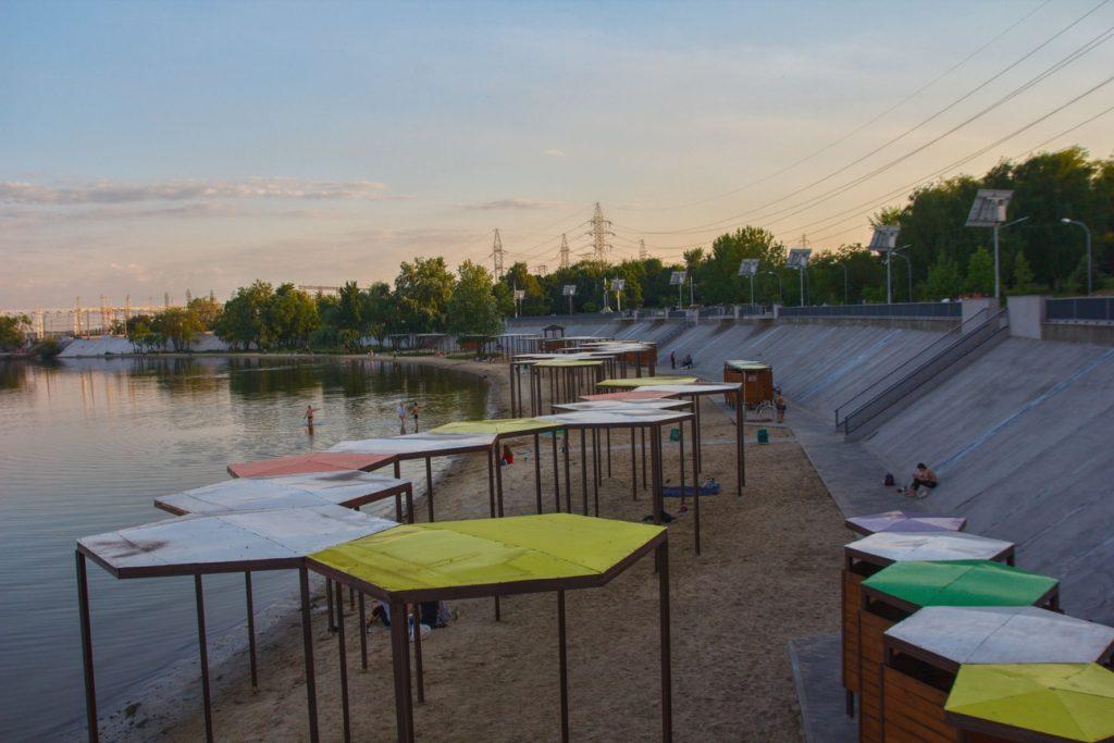 Запорожцы «наводнили» Правобережный пляж: как он выглядит в начале сезона (ФОТОРЕПОРТАЖ)