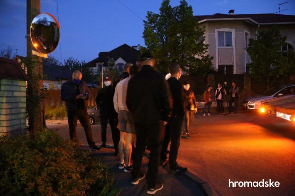 Представились соседями: «люди в черном» не дали эвакуировать авто Медведчука (ФОТО, ВИДЕО)