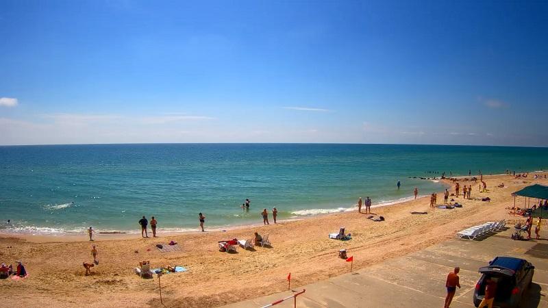 Отдыхающие все активнее заполняют пляжи Кирилловки и Арабатки (ФОТО)