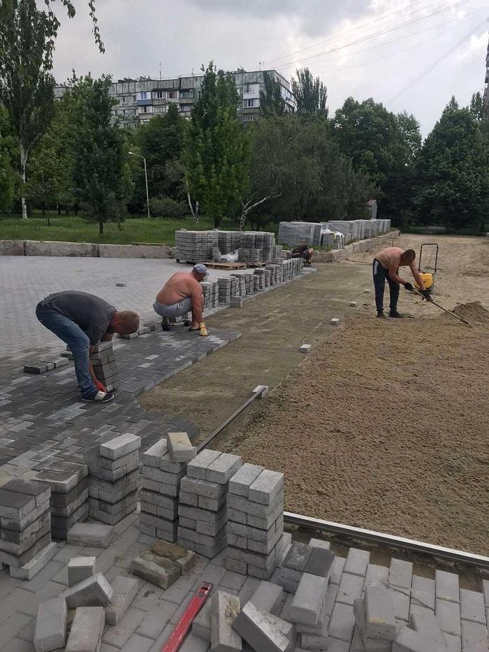 Перед Коммунарской райадминистрацией «кипят» ремонтные работы (ФОТО)