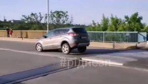 Вниманию водителей: в Запорожье авто массово «взлетают» на незаметном «трамплине» (ВИДЕО)