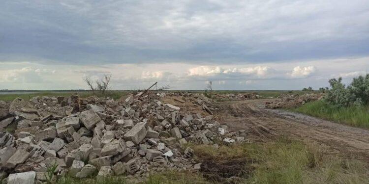 Обиточную Косу завалили мусором (ФОТО)