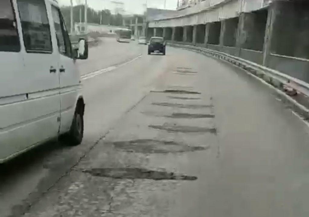До «скелета»: непогода добивает дорогу на плотине в Запорожье (ВИДЕО)