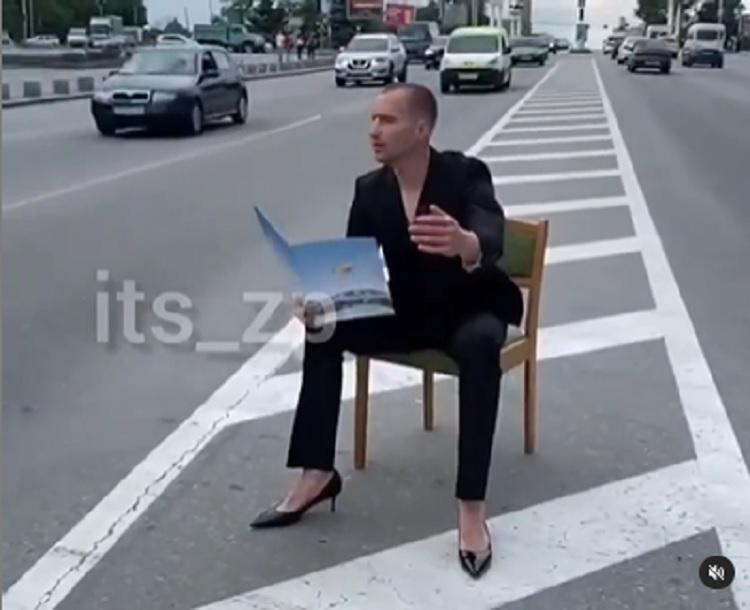 В Запорожье активно обсуждают перформанс, который устроил мужчина в женской одежде (ВИДЕО)