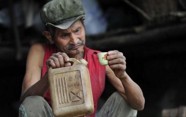 В Запорожской области мужчина по ошибке выпил бензин и закурил