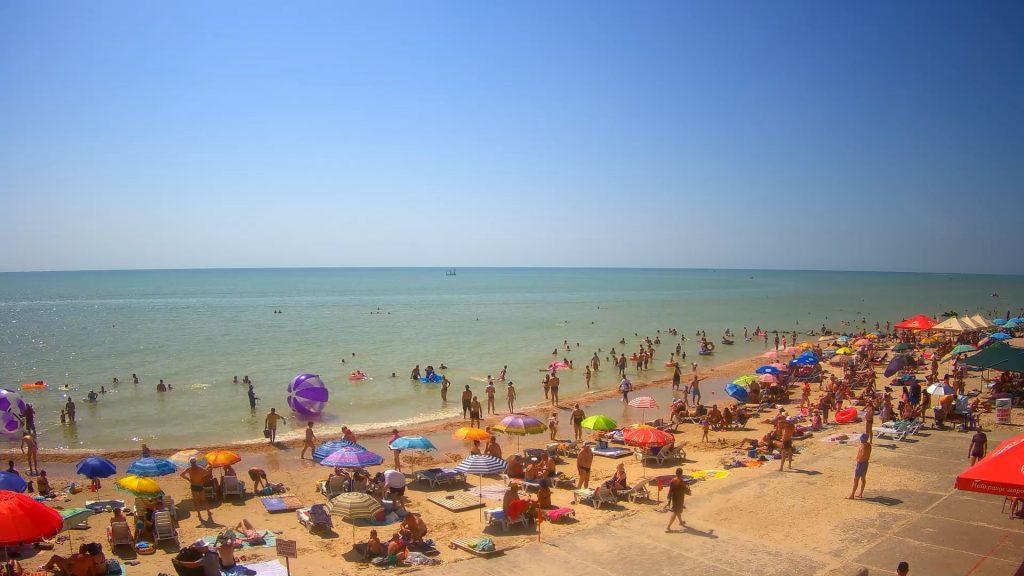 В Кирилловке пляжи переполнены людьми (ФОТО)