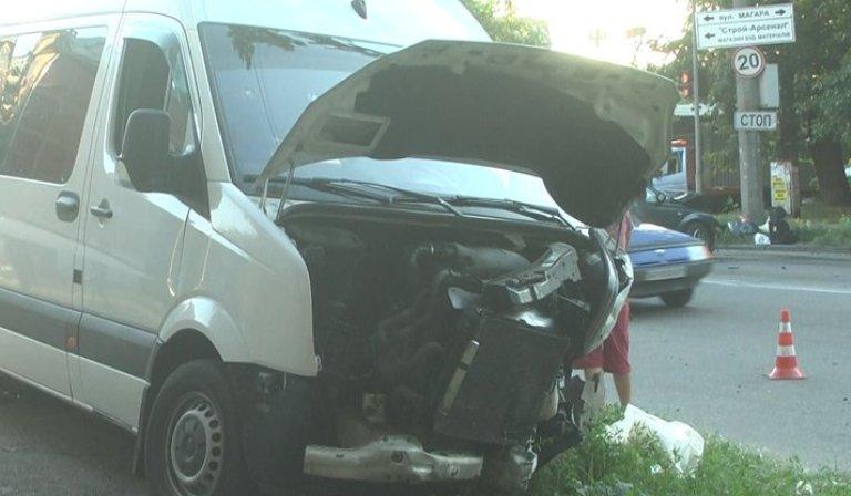 13 человек в больнице: в Запорожье столкнулись маршрутка и иномарка (ФОТО)