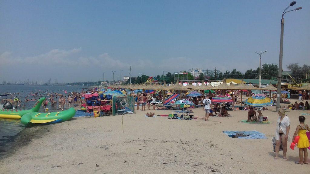 На пляже Бердянска ажиотаж отдыхающих из-за чистого моря без медуз и водорослей (ФОТО)