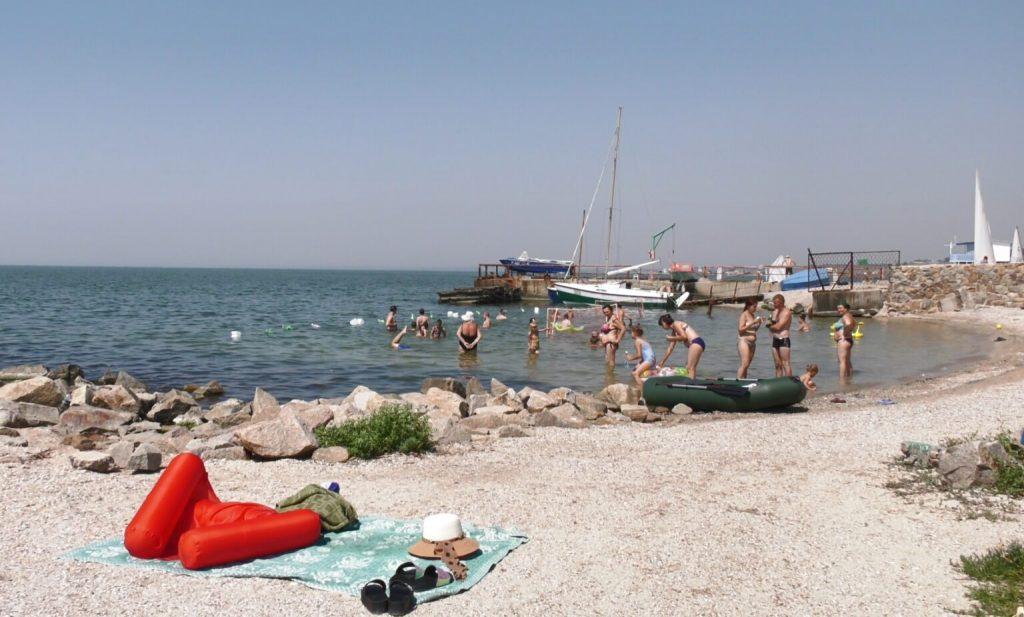 В Бердянске предприниматель сам сделал защиту от медуз всего за 2500 гривен (ФОТО, ВИДЕО)