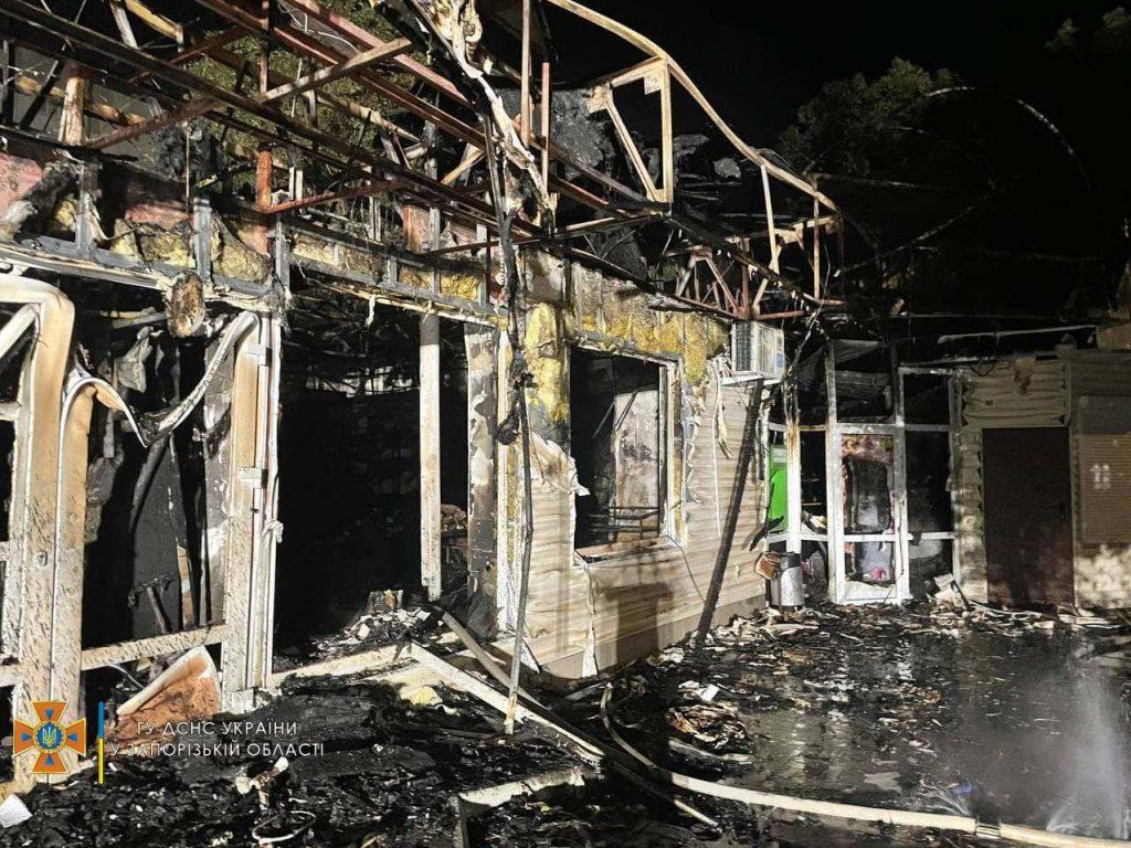 В Бердянске прозошел масштабный пожар: горела постройка на 350 «квадратах» (ФОТО)