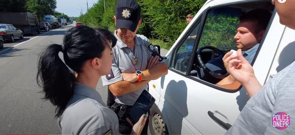 Насмехались над фамилией запорожского патрульного и пытались спасти нарушителя: как работают «дорожные активисты» (ВИДЕО)