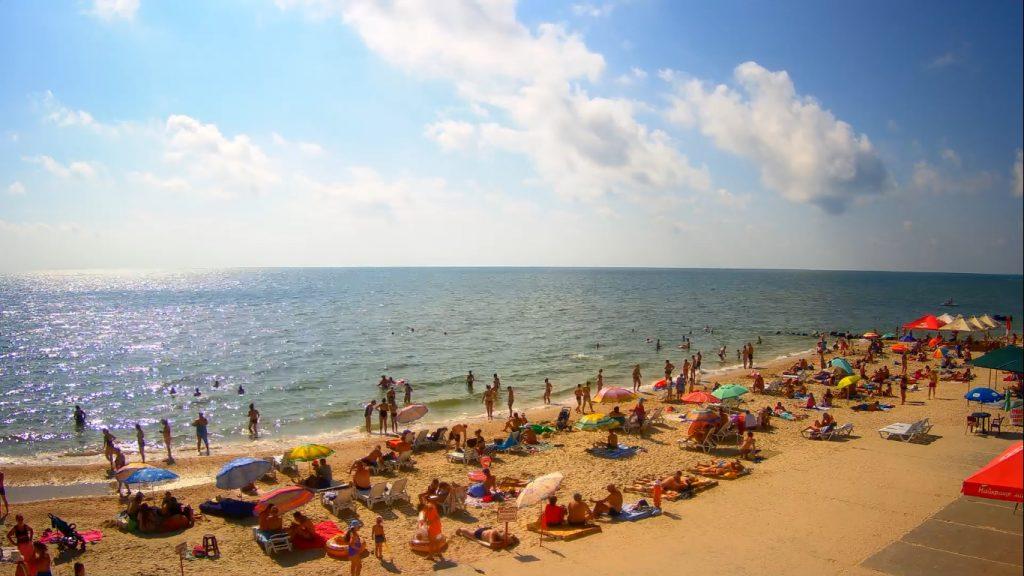 Как выглядят пляжи Кирилловки и Бердянска в последние дни лета (ФОТО)