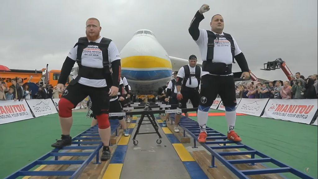 Восемь украинских богатырей протянули 330-тонный самолет «Мрия» (ВИДЕО)