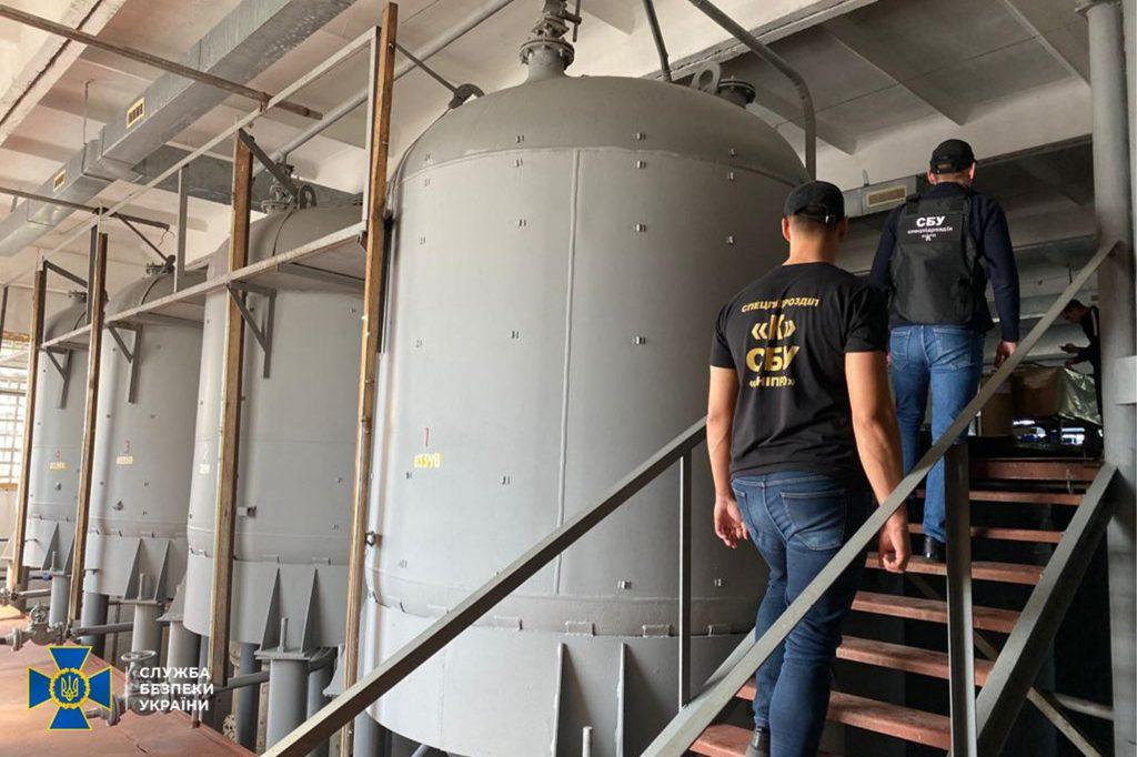 СБУ заблокировала «мини-завод» по изготовлению сидра: организаторы из Запорожья сбывали по 100 тонн в месяц (ВИДЕО)