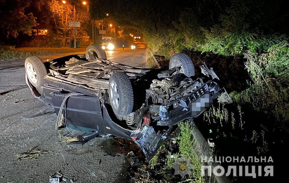 В Запорожье авто зацепило боком грузовик и отлетело в отбойник: есть погибший (ФОТО)