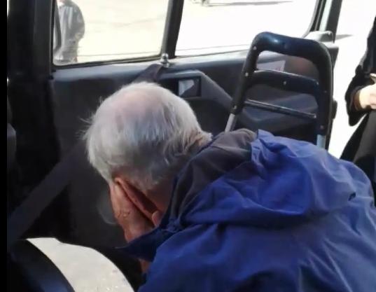 В Запорожье водитель маршрутки нанёс удар пенсионеру: на место вызвали полицию (ВИДЕО)