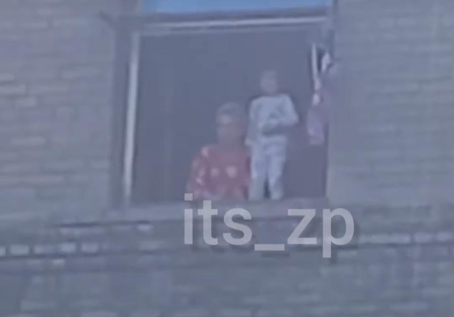 В Запорожье женщина пыталась выкинуть из окна маленького ребенка (ВИДЕО)