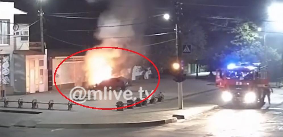 Автомобиль начал движение после поджога в Запорожской области: момент попал на ВИДЕО