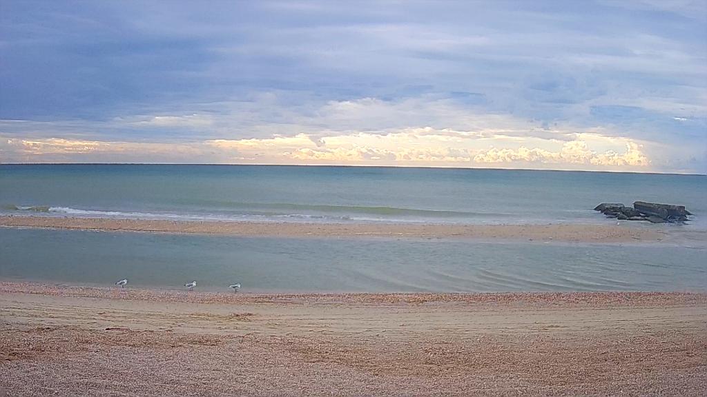 Как выглядят пляжи Кирилловки и Бердянска в первый день резкого похолодания (ФОТО)