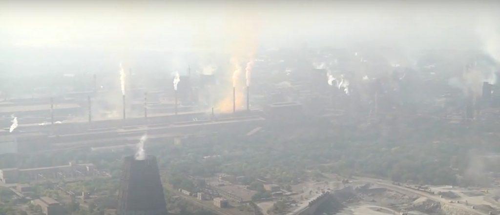 Ничего не видно за смогом и дымом: заводы Запорожья показали с вертолета (ВИДЕО)