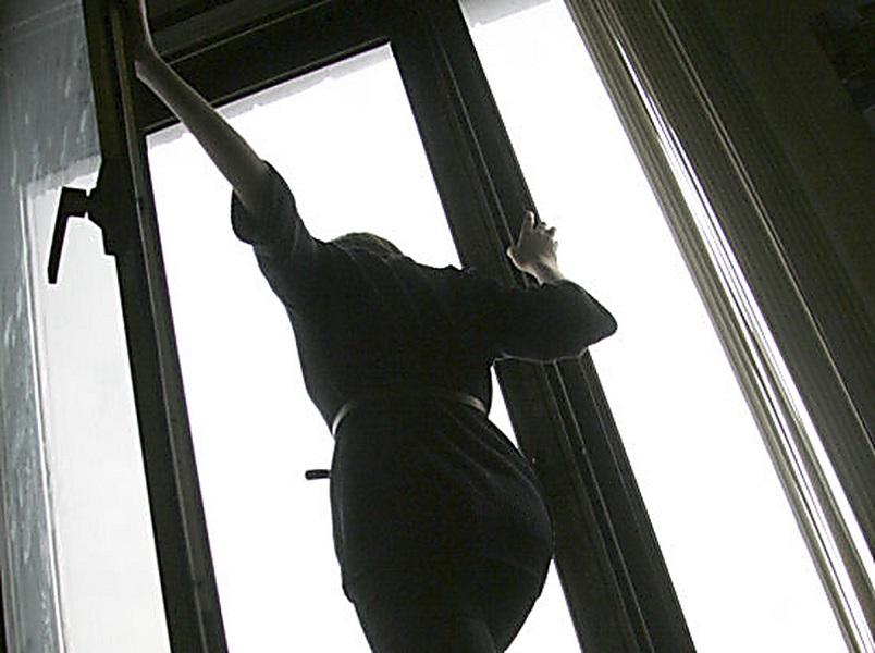 В Запорожье 8-классница выпрыгнула с четвертого этажа: мама позвонила в полицию