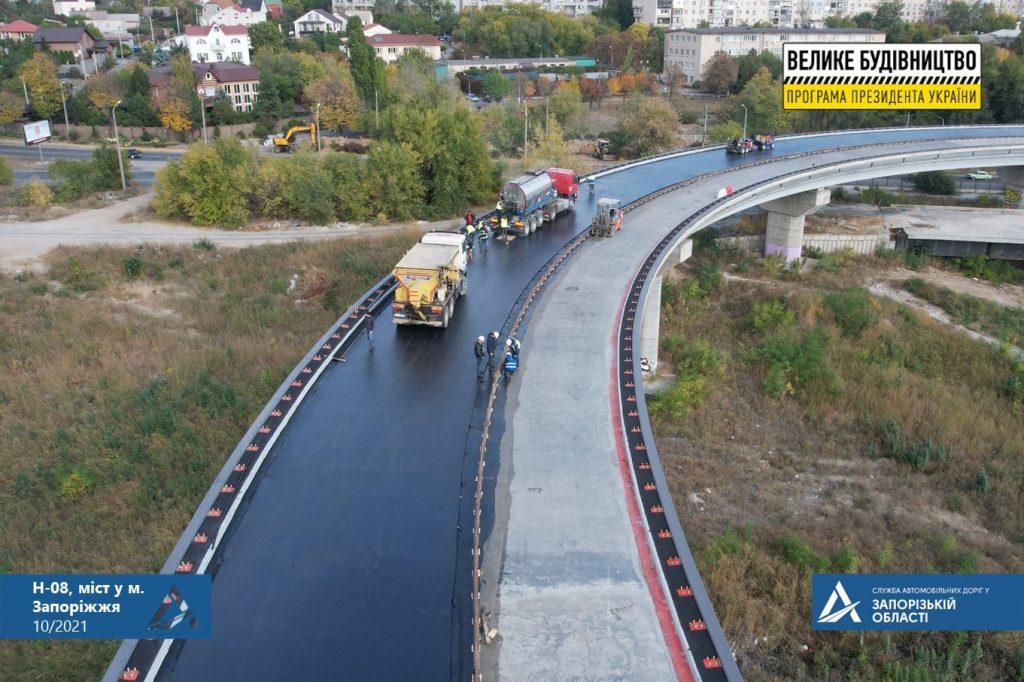 В Запорожье на вантовом мосту начали укладывать специальный асфальт (ФОТО)