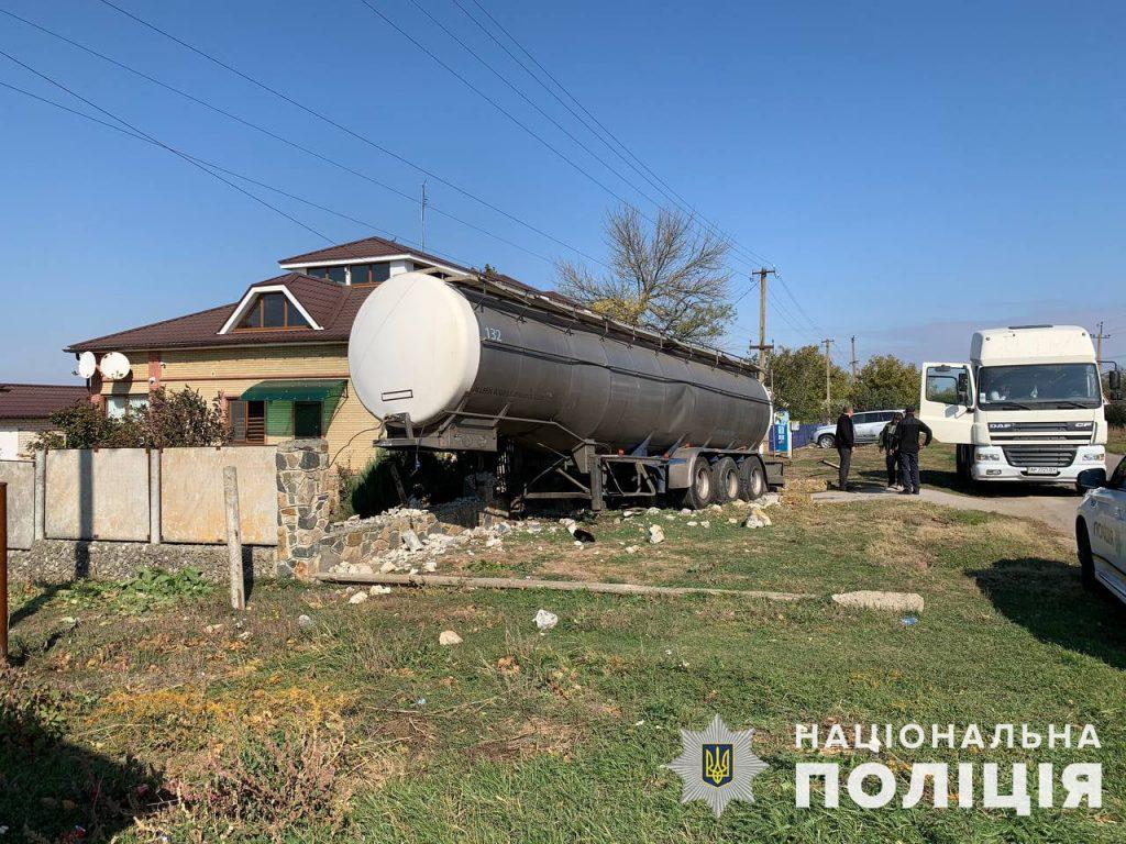 Водитель фуры «потерял» цистерну, которая снесла забор частного дома в Запорожской области (ФОТО)