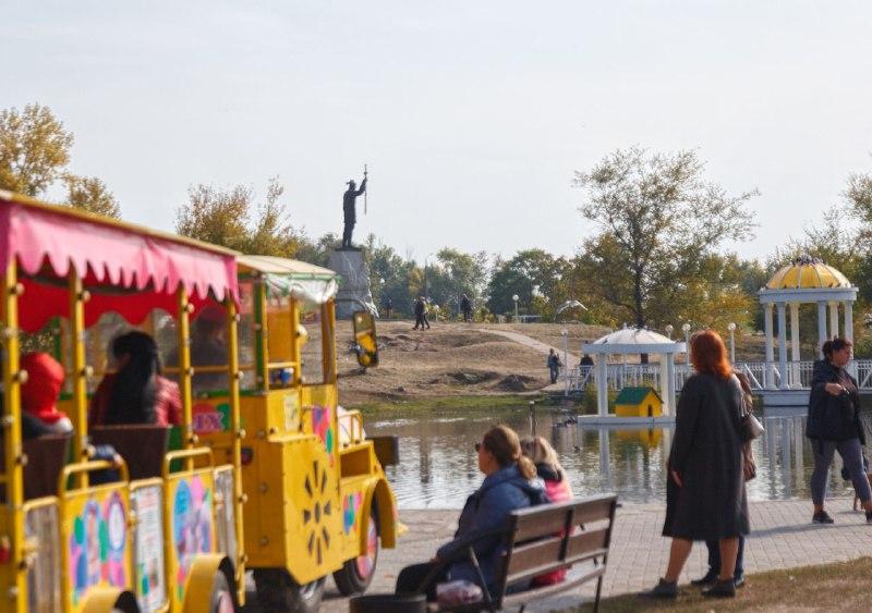 Сотни запорожцев прогуливались на украшенной «Радуге» и по осеннему проспекту Маяковского (ФОТОРЕПОРТАЖ)