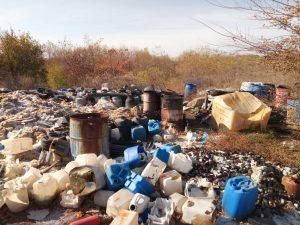 Под Запорожьем обнаружена огромная свалка химических и медицинских отходов: всё стекает в Днепр (ФОТО, ВИДЕО)