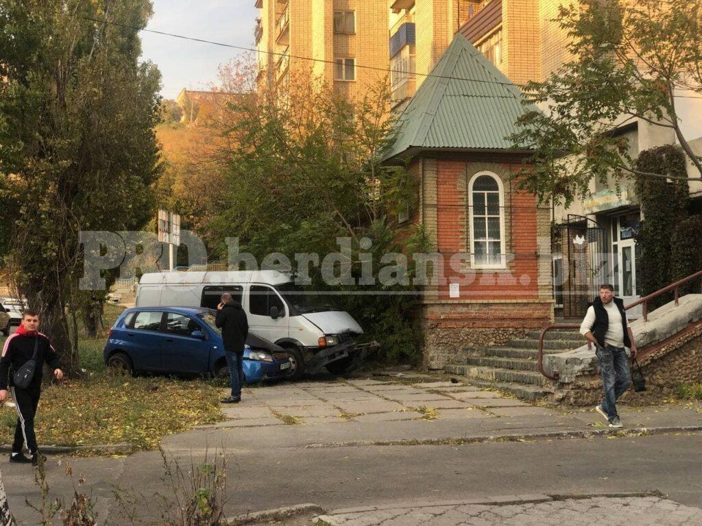 Вылетели на тротуар: микроавтобус протаранил легковушку в Запорожской области (ФОТО)