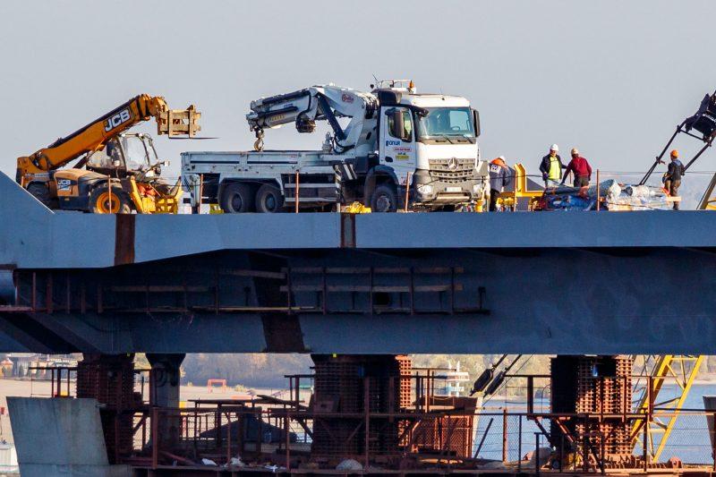 В Запорожье на мост привезли ванты для монтажа (ФОТО)